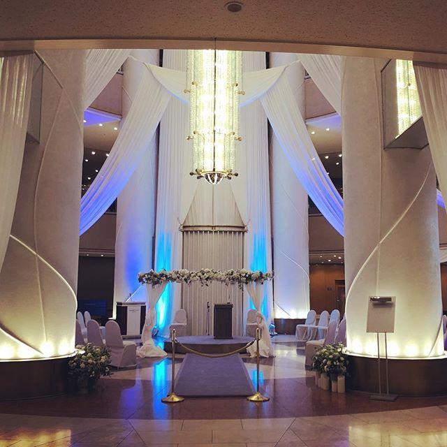 昨日のスイスホテル南海大阪でお見合い実施しました。いつものロビーラウンジが結婚式仕様になっていました♫隣のカフェスペースで無事にお見合いはできましたが、隣りで結婚式挙げていたら気持ちも盛り上がりますね(^^)#お見合い #結婚式 #スイスホテル南海大阪 #結婚相談所 #ビリーブインユアセルフ #biy #ibj#婚活